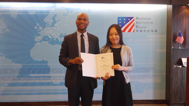 應用外語科5年2班姜文淇同學參加美國在台協會舉辦之2017年AIT商業寫作競賽,榮獲優勝