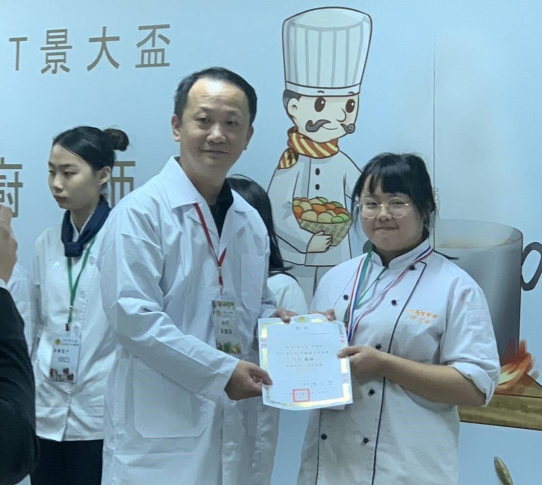 賀~餐飲管理科學生胡芯瑜參加「2019景大盃 年輕廚王爭霸賽」榮獲佳作!